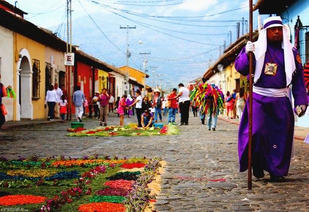 #Antigua_Alfombra_A penitent strolls